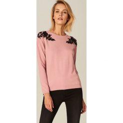 Swetry klasyczne damskie: Sweter z aplikacją na ramionach – Różowy