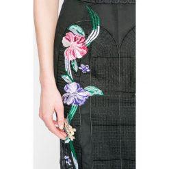 Guess Jeans - Sukienka. Szare sukienki na komunię marki Guess Jeans, na co dzień, z aplikacjami, z jeansu, casualowe, midi, proste. W wyprzedaży za 359,90 zł.