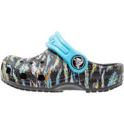 Crocs CLASSIC GRAPHIC Sandały kąpielowe black. Czarne sandały chłopięce marki Crocs, z gumy. Za 129,00 zł.