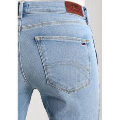 Tommy Jeans MID RISE SKINNY NORA 7/8 Jeans Skinny Fit light blue. Niebieskie rurki damskie Tommy Jeans. W wyprzedaży za 389,35 zł.