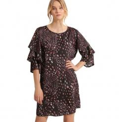 Sukienka w kolorze jasnoróżowym. Czerwone sukienki na komunię marki Almatrichi, s, z dekoltem na plecach, midi, proste. W wyprzedaży za 179,95 zł.