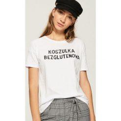T-shirt z napisem - Biały. Białe t-shirty damskie Sinsay, l, z napisami. Za 19,99 zł.