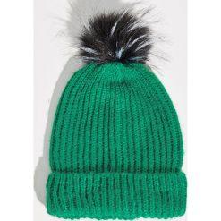 Czapka z puszystym pomponem - Zielony. Zielone czapki zimowe damskie marki Sinsay. Za 19,99 zł.