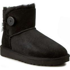 Buty UGG - W Mini Bailey Button II 1016422 W/Blk. Szare buty zimowe damskie marki Ugg, z materiału, z okrągłym noskiem. Za 849,00 zł.