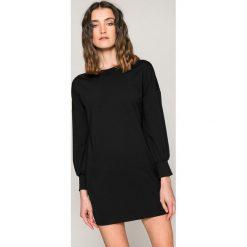 Answear - Sukienka. Czarne sukienki dzianinowe marki ANSWEAR, na co dzień, l, casualowe, z dekoltem w łódkę, mini, proste. W wyprzedaży za 99,90 zł.
