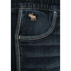 Abercrombie & Fitch Szorty jeansowe dark wash. Niebieskie spodenki chłopięce Abercrombie & Fitch, z bawełny. W wyprzedaży za 125,30 zł.