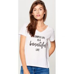Bawełniana koszulka z napisem - Biały. Białe t-shirty damskie Mohito, l, z napisami, z bawełny. Za 19,99 zł.