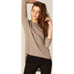 Swetry klasyczne damskie: Długi sweter z brokatem - Beżowy
