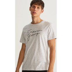 T-shirt z nadrukiem Forever Young - Kremowy. Białe t-shirty męskie z nadrukiem Reserved, l. Za 29,99 zł.