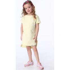 Sukienki dziewczęce: Sukienka dziewczęca z dłuższym tyłem jasnożółta NDZ8207