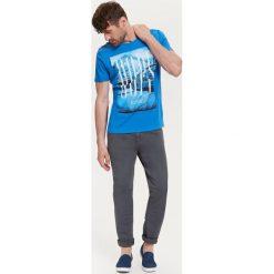 T-shirty męskie: T-SHIRT MĘSKI Z NADRUKIEM I PODWINIĘTYMI RĘKAWAMI