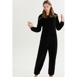 Pluszowa piżama z pomponami - Czarny. Szare piżamy damskie marki Sinsay, l, z motywem z bajki. Za 79,99 zł.