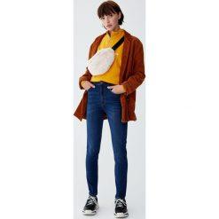 Jeansy rurki z wysokim stanem. Niebieskie spodnie z wysokim stanem Pull&Bear, z jeansu. Za 109,00 zł.