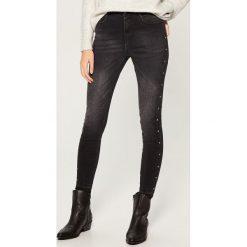 Jeansy high waist skinny z kryształkami - Czarny. Czarne spodnie z wysokim stanem marki Mohito, z jeansu. Za 119,99 zł.