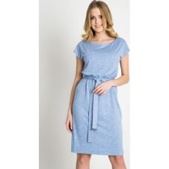 Sukienki: Błękitna sukienka z wiązaniem w pasie QUIOSQUE