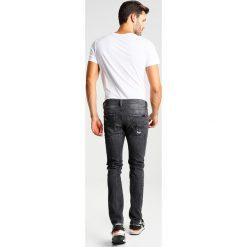 Kaporal EZZY Jeansy Slim Fit antik oxyd destroy. Czarne jeansy męskie relaxed fit Kaporal, z bawełny. W wyprzedaży za 251,30 zł.
