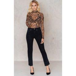 Boyfriendy damskie: NA-KD Trend Czarne jeansy z surowym wykończeniem - Black