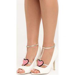 Białe Sandały Love Story. Białe sandały damskie marki Born2be, z haftami, na wysokim obcasie. Za 79,99 zł.
