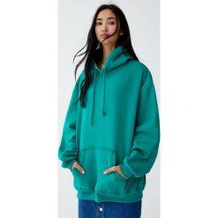 Luźna bluza z kapturem. Zielone bluzy rozpinane damskie Pull&Bear, z kapturem. Za 89,90 zł.