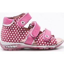 Kornecki - Sandały. Czerwone sandały dziewczęce marki Casu, w ażurowe wzory, na obcasie. W wyprzedaży za 119,90 zł.