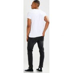 T-shirty męskie z nadrukiem: Tigha LOGO Tshirt z nadrukiem white