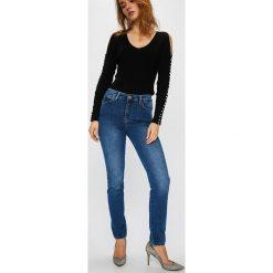 Guess Jeans - Jeansy 1981. Niebieskie jeansy damskie Guess Jeans, z aplikacjami, z bawełny, z podwyższonym stanem. Za 369,90 zł.
