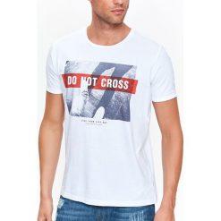 T-SHIRT MĘSKI Z NADRUKIEM. Szare t-shirty męskie z nadrukiem marki Top Secret, na jesień, m, z bawełny. Za 19,99 zł.