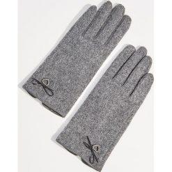 Wełniane rękawiczki z biżuteryjną aplikacją - Szary. Szare rękawiczki damskie Mohito, z aplikacjami, z wełny. Za 49,99 zł.
