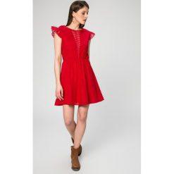 Answear - Sukienka Isis. Szare sukienki mini ANSWEAR, na co dzień, m, z materiału, casualowe, z okrągłym kołnierzem, z krótkim rękawem, rozkloszowane. W wyprzedaży za 99,90 zł.