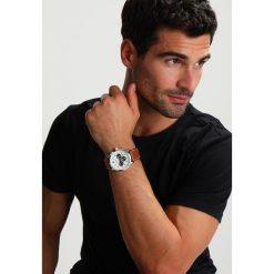 S.Oliver RED LABEL Zegarek chronograficzny cognac. Brązowe zegarki męskie marki s.Oliver RED LABEL. W wyprzedaży za 479,20 zł.