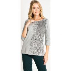 Szara bluzka ze wzorem z rękawem 3/4 QUIOSQUE. Szare bluzki asymetryczne QUIOSQUE, z motywem zwierzęcym, z bawełny, biznesowe, z dekoltem w łódkę. W wyprzedaży za 39,99 zł.