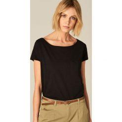 Koszulka z dekoltem typu łódka - Czarny. Czarne t-shirty damskie Mohito, s, z dekoltem w łódkę. Za 29,99 zł.