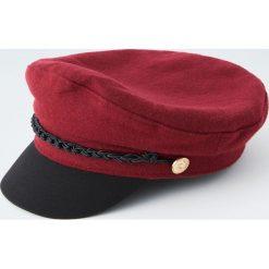 Marynarska czapka ze złotymi guzikami. Czerwone czapki damskie Pull&Bear. Za 69,90 zł.