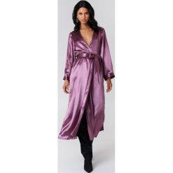 NA-KD Party Satynowy płaszcz z rozcięciem - Purple. Fioletowe płaszcze damskie marki NA-KD Party, z poliesteru. W wyprzedaży za 97,18 zł.