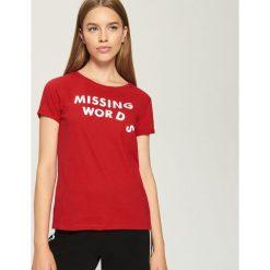 T-shirt z nadrukiem - Czerwony. Białe t-shirty damskie marki Sinsay, l, z napisami. W wyprzedaży za 9,99 zł.