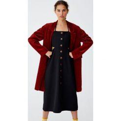 Sukienka midi z wycięciami i guzikami. Czarne sukienki z falbanami Pull&Bear, midi. Za 89,90 zł.