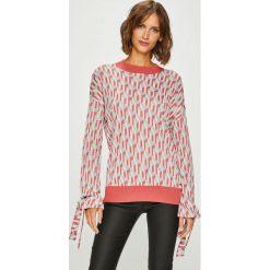 Pepe Jeans - Sweter. Szare swetry klasyczne damskie Pepe Jeans, l, z dzianiny, z okrągłym kołnierzem. W wyprzedaży za 259,90 zł.