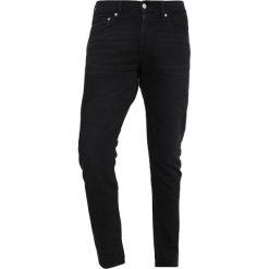 Calvin Klein Jeans 026 SLIM Jeansy Slim Fit copenhagen black. Czarne jeansy męskie relaxed fit marki Calvin Klein Jeans, z bawełny. Za 419,00 zł.