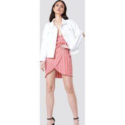 Bomberki damskie: Kristin Sundberg for NA-KD Kurtka jeansowa z rękawem z rozdarciami - White