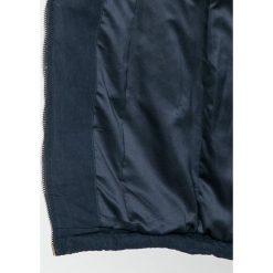 Guess Jeans - Parka. Szare parki damskie marki Guess Jeans, na co dzień, l, z aplikacjami, z bawełny, casualowe, z okrągłym kołnierzem, mini, dopasowane. W wyprzedaży za 699,90 zł.