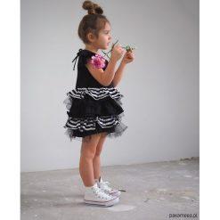 Sukienka dziecięca wizytowa z falbankami. Szare sukienki dziewczęce wizytowe Pakamera, w paski, z materiału. Za 120,00 zł.