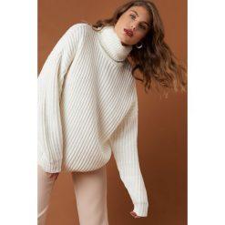 Swetry oversize damskie: NA-KD Trend Sweter z grubej dzianiny - White,Offwhite