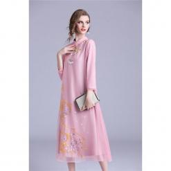Sukienka w kolorze różowym. Czerwone sukienki na komunię marki Zeraco, z dekoltem na plecach, midi. W wyprzedaży za 379,95 zł.