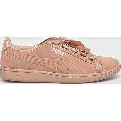 Puma - Buty Vikky Ribbon S. Różowe buty sportowe damskie Puma, z materiału. W wyprzedaży za 239,90 zł.
