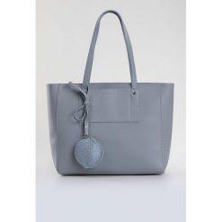 Minimalistyczna torba z przywieszką. Szare torebki klasyczne damskie marki Monnari, ze skóry. Za 99,60 zł.