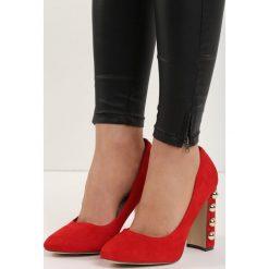 Czerwone Czółenka True Love. Czerwone buty ślubne damskie Born2be, w paski, na wysokim obcasie, na płaskiej podeszwie. Za 59,99 zł.