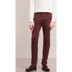 CLOSED CLIFTON SLIM Chinosy bordeaux. Czerwone chinosy męskie marki CLOSED, z bawełny. W wyprzedaży za 399,20 zł.