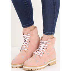Różowe Traperki Multistar. Czerwone buty zimowe damskie marki Born2be, z okrągłym noskiem, na płaskiej podeszwie. Za 89,99 zł.