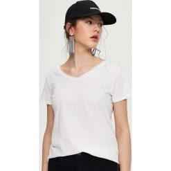 T-shirty damskie: Gładki t-shirt z dekoltem v – Biały