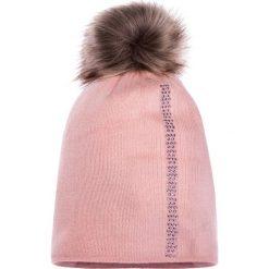 Różowa czapka z futrzanym pomponem QUIOSQUE. Czarne czapki zimowe damskie marki QUIOSQUE, na imprezę, z dzianiny, z kopertowym dekoltem, mini, dopasowane. W wyprzedaży za 49,99 zł.